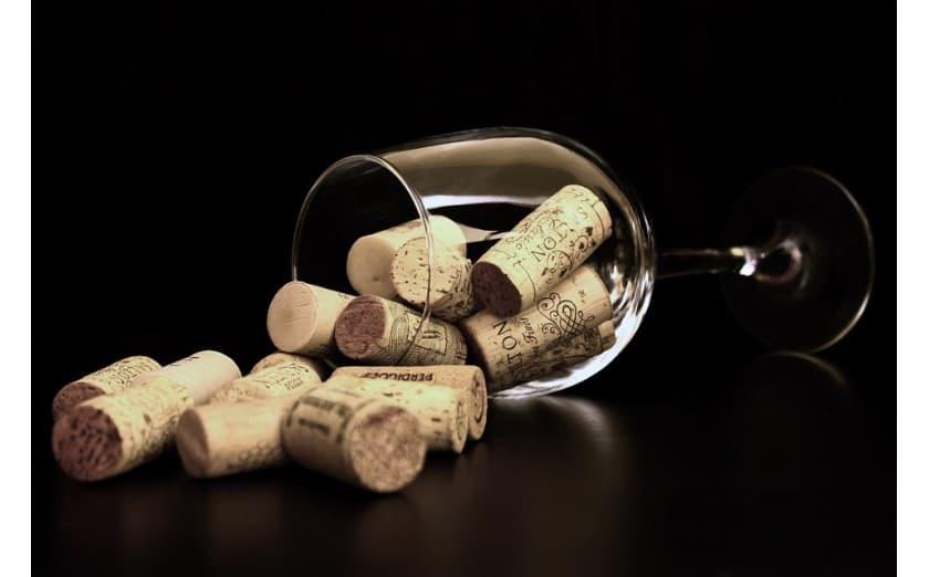 Por qué se recomienda tomar una copa de vino al día